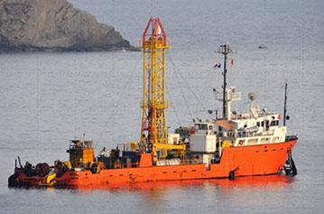 Barco de investigación geotécnica de grupo venezolano trabajando en Venezuela y el exterior