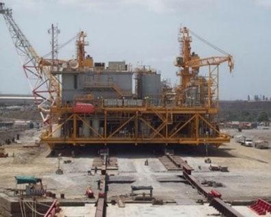 Desplazamiento de la plataforma con todos los equipos hacia el Orinoco
